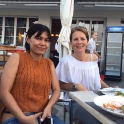 Dr. Tookta und Claudia von Soidogs tauschen sich über den Tierschutz in Thailand aus.