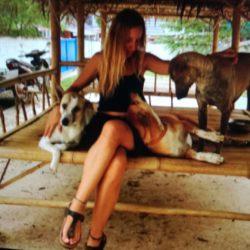 Ehrenamtliche Helferin Roberta betreut die mutterlosen Welpen